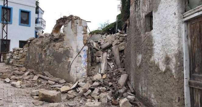 Deprem Çeşme'deki bazı binaların duvarlarını yıktı!Baygınlık geçiren oldu!