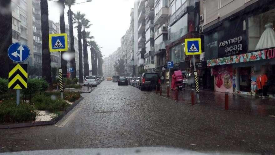 İzmir'i yağmur vurdu