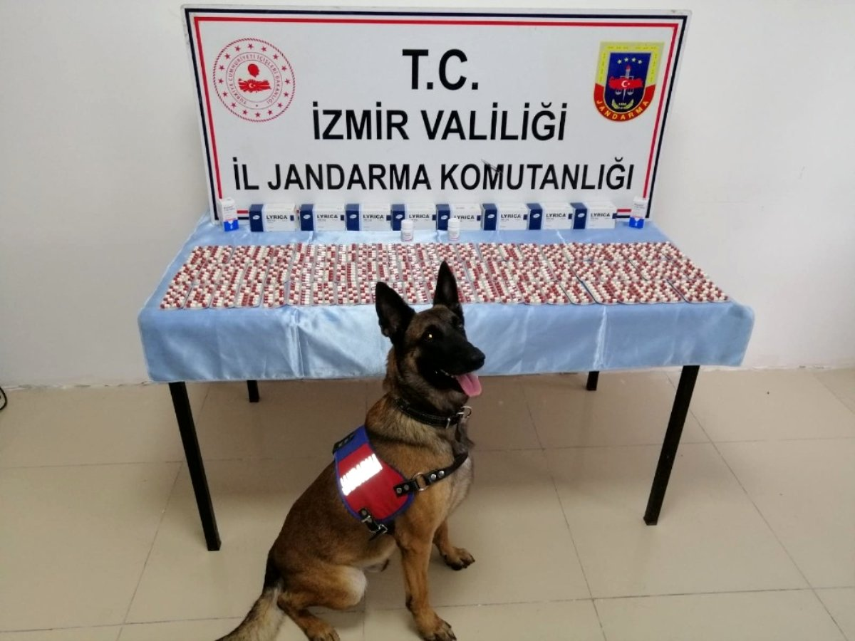 Son dakika haber… İzmir de  dur  ikazına uymayan araçtan uyuşturucu haplar çıktı