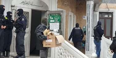ALMANYA'DA YÜZLERCE POLİSLE CAMİYİ BASTILAR