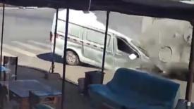 Çin'de kağıt gibi ezilen minibüs şoförünün mucize kurtuluşu kamerada