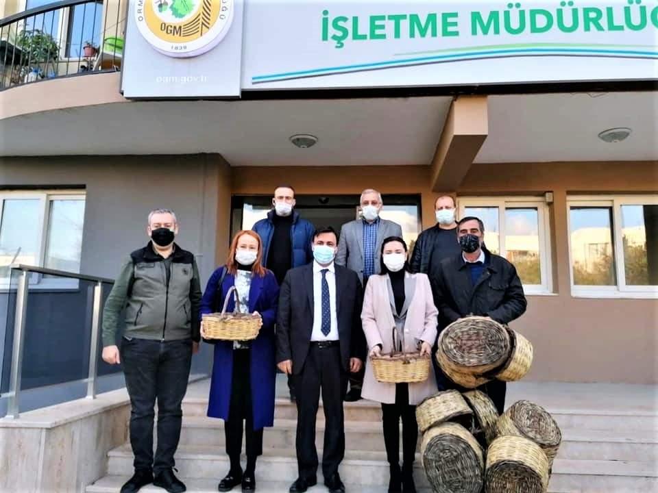 SEFERİHİSAR'DA ROMANLAR HASIR SEPET ÜRETİYOR