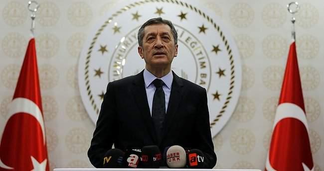 """MİLLİ EĞİTİM BAKANI SELÇUK'TAN """"1 GÜNLÜK ERTELEME"""" ÖZRÜ"""