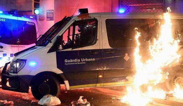 İSPANYA'DA OLAYLI PROTESTO: POLİS ARACINI YAKTILAR