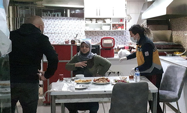 İFTAR SOFRASINDA ESKİ EŞİNİ BIÇAKLADI