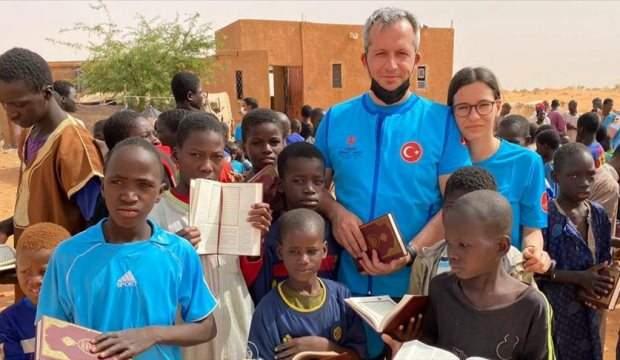 TÜRK BABA, HAYAT TECRÜBESİ KAZANDIRMAK İÇİN KIZINI AFRİKA'YA  YARDIM FAALİYETİNE GÖTÜRDÜ