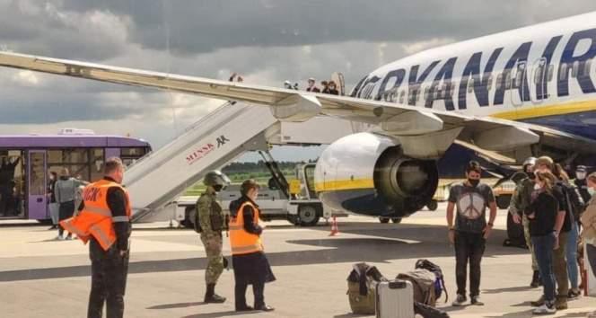 Belarus, Litvanya'ya giden yolcu uçağını zorla indirerek muhalif gazeteciyi gözaltına aldı