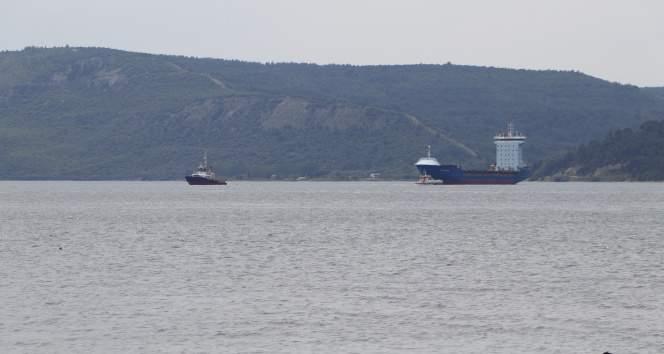 Çanakkale Boğazı'nda arızalanan gemi, römorkörle Karanlık Liman bölgesine çekildi
