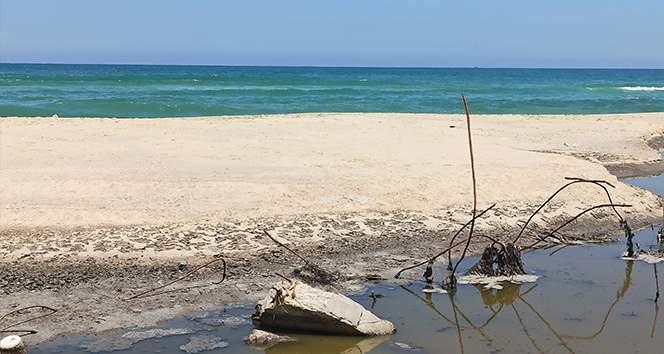 Gazze'de İsrail saldırılarında zarar gören kanalizasyon tesislerindeki kirli su denize aktı