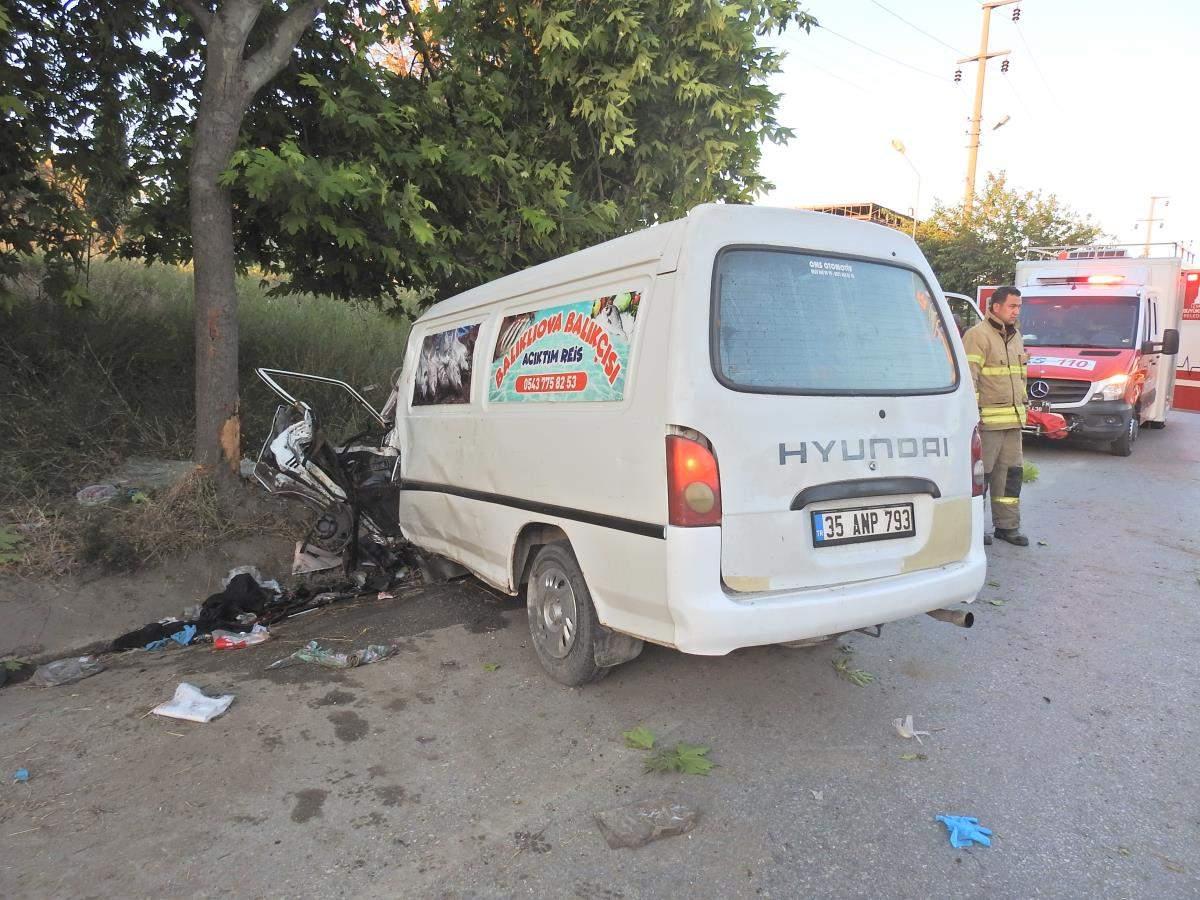 İzmir de ağaca çarpan midibüsteki 2 kişi yaralandı