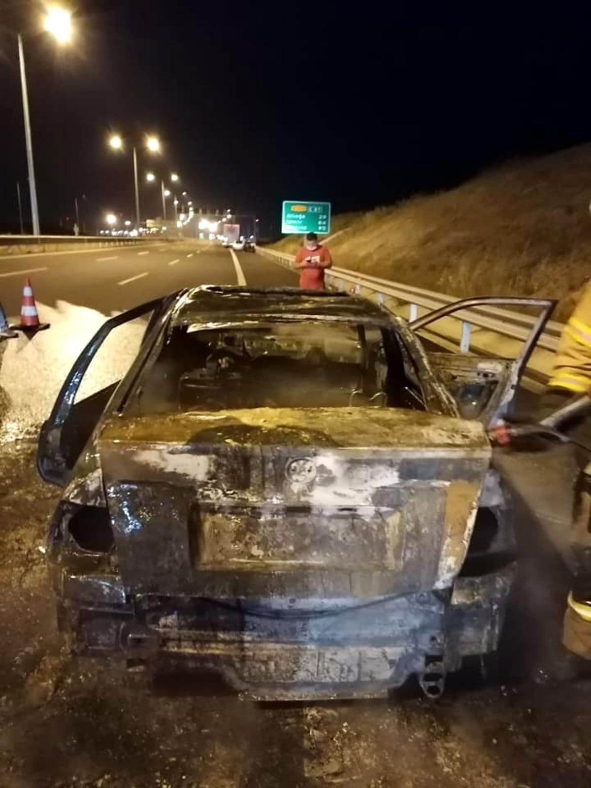 İzmir de seyir halindeki otomobil yandı