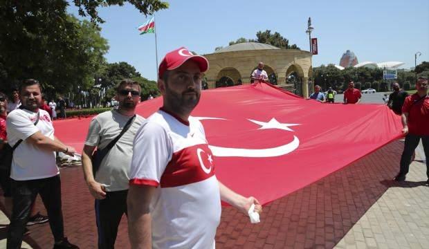 Cumhurbaşkanı Erdoğan'a Bakü'de sevgi seli: Türk bayrakları ile karşıladılar