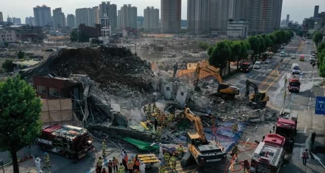 Güney Kore'de 5 katlı bina otobüsün üzerine devrildi: 9 ölü, 8 yaralı