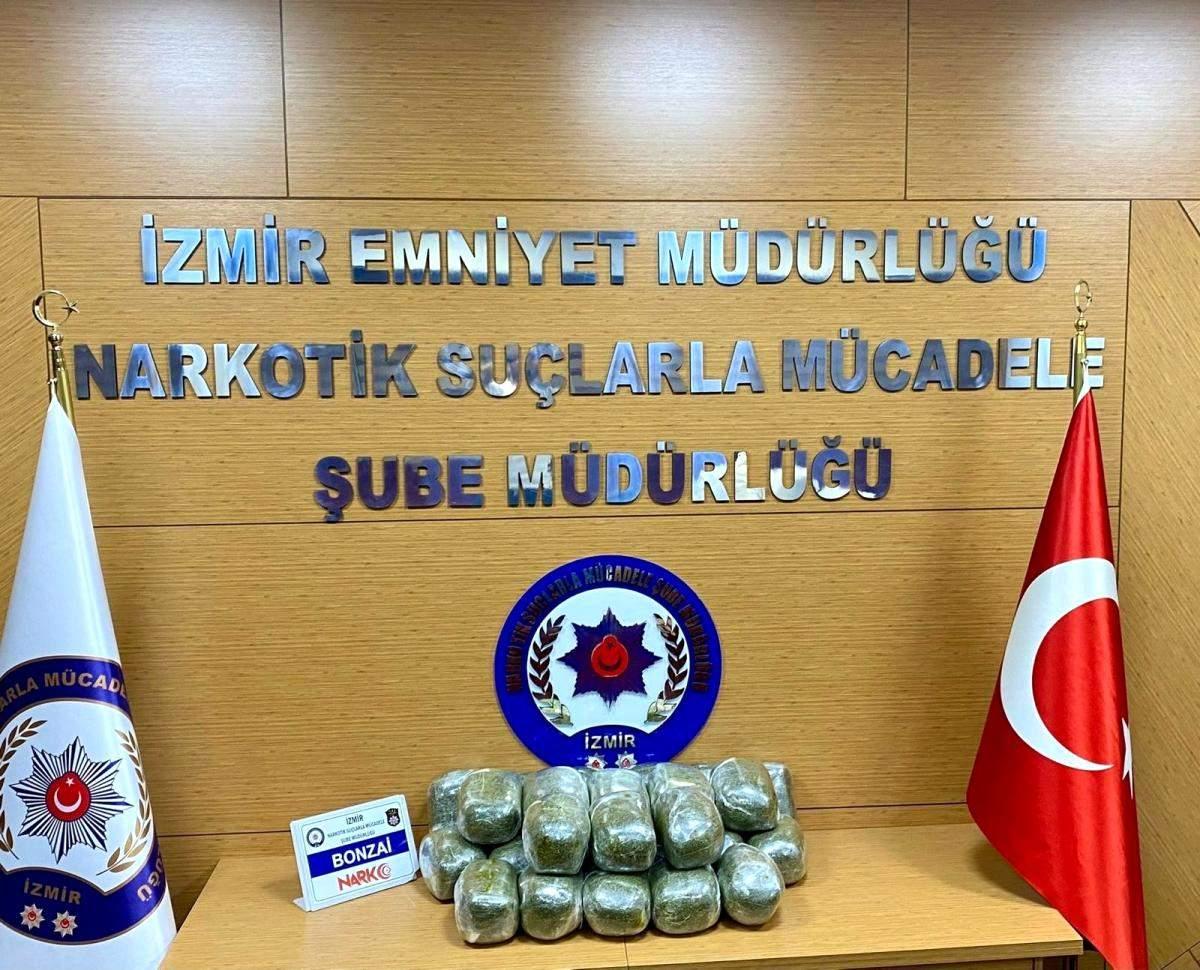 İzmir de uyuşturucu satıcılarına darbe: Bir araçta 26 kilo bonzai ele geçirildi