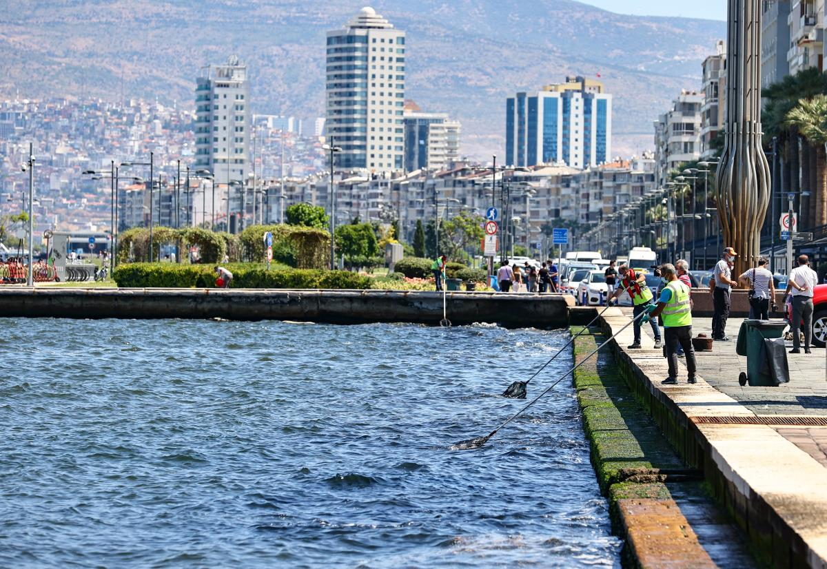 İzmir Körfezi nden scooter, ayakkabı, cam ve plastik atığa kadar yüzlerce çöp çıktı
