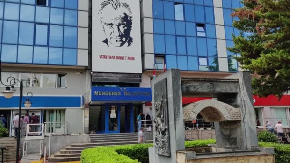 Menderes Belediyesi hukuk işleri müdürü rüşvet iddiasıyla gözaltına alındı
