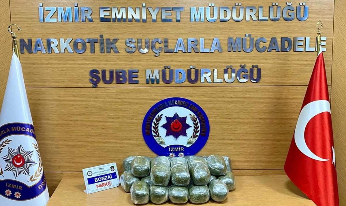 Son dakika gündem: İzmir de polis, arama yaptığı hafif ticari araçta 26 kilo 140 gram bonzai ele geçirdi