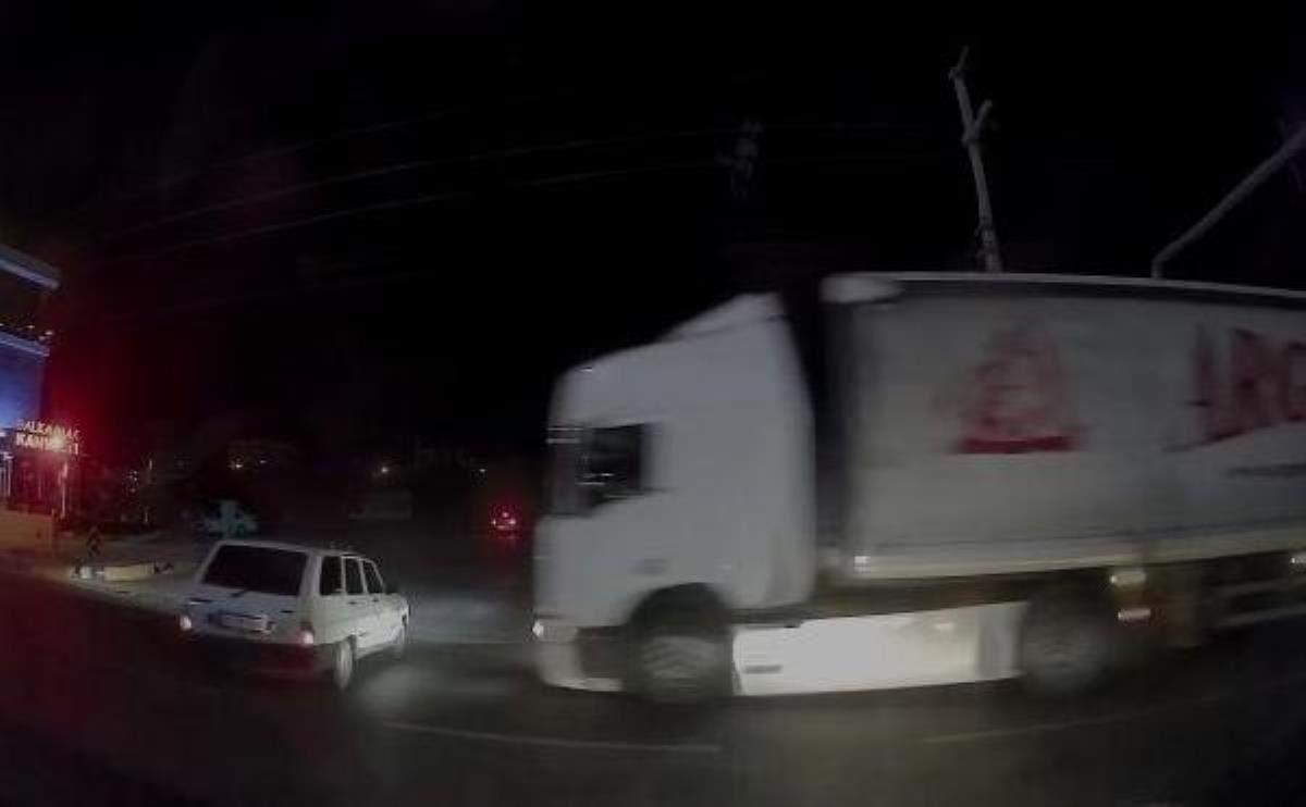 Son dakika haberi   TIR ın otomobili altında sürüklediği kaza kamerada