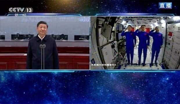 Uzay istasyonuna gönderilen 3 astronotu tebrik etti