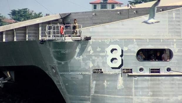 ABD savaş gemisinin geçişi sırasında dikkat çeken görüntü