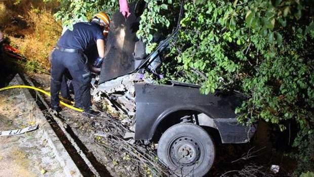 Ağaca çarpan otomobil ikiye bölündü