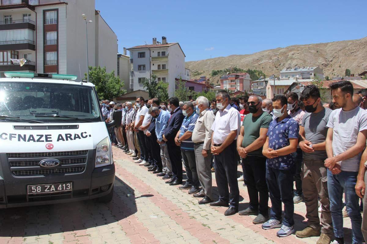 Aliağa da gemi geri dönüşüm bölgesindeki patlamada hayatını kaybeden işçinin cenazesi Sivas ta defnedildi