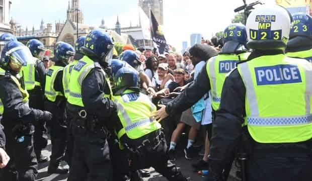 Aşı karşıtları Londra'yı birbirine kattı: 11 gözaltı