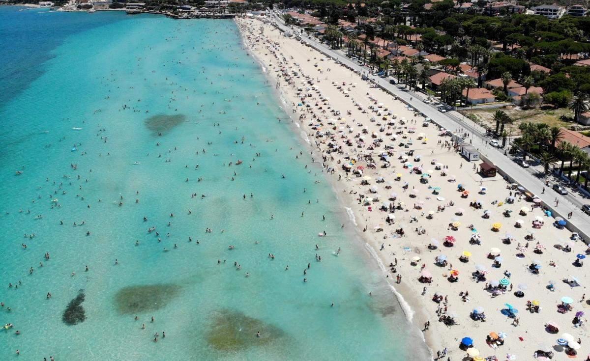 Çeşme de nüfus 1 milyonu aştı; plajlardaki kalabalık havadan görüntülendi