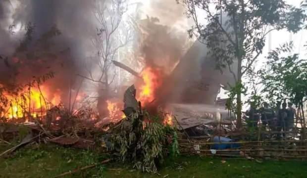 Filipinler'de 99 kişiyi taşıyan askeri uçak düştü