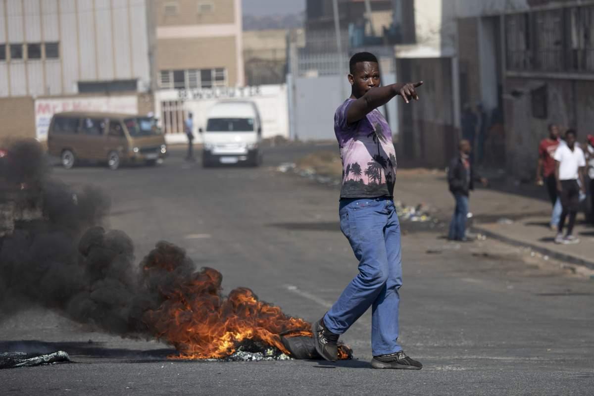 Güney Afrika'da Zuma'nın tutuklanmasının ardından protestolar devam ediyor