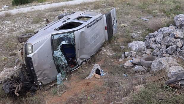 Hafif ticari araç şarampole devrildi: 4 yaralı