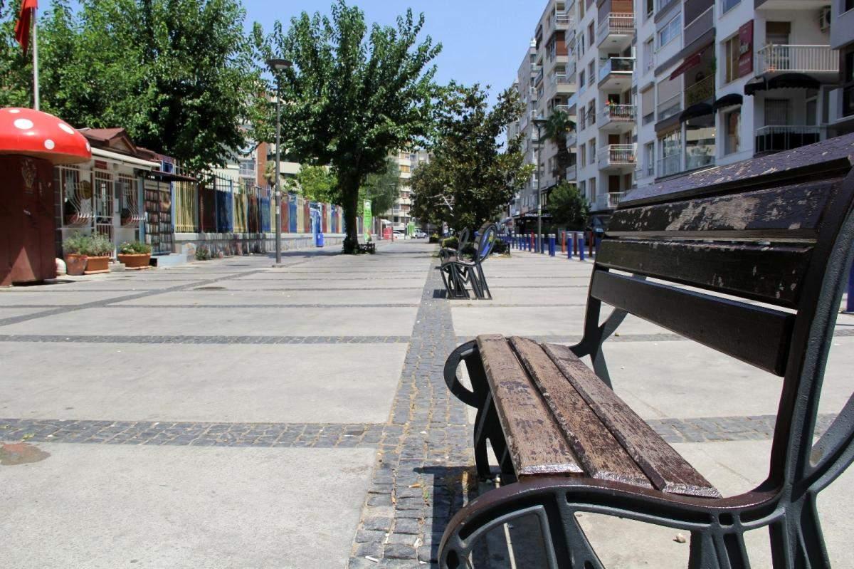 İzmir de sahiller doldu, kent merkezi boş kaldı