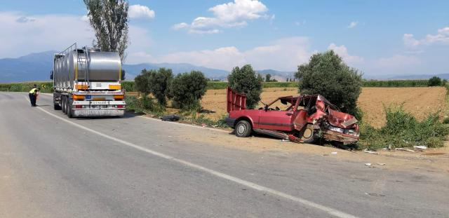İzmir'de tırın çarptığı otomobil metrelerce sürüklendi: 3 yaralı