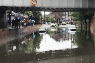 Londra'daki şiddetli yağış sele neden oldu
