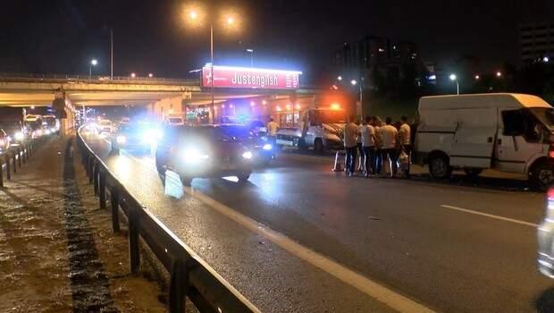 Maltepe'de 3 aracın karıştığı trafik kazasında 2 kişi yaralandı