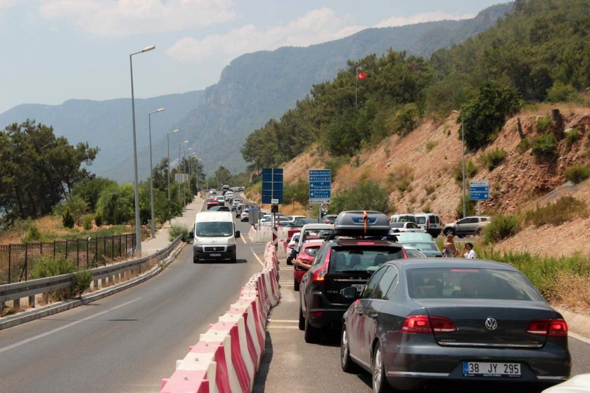 Muğla nın dört bir tarafında trafik kilitlendi