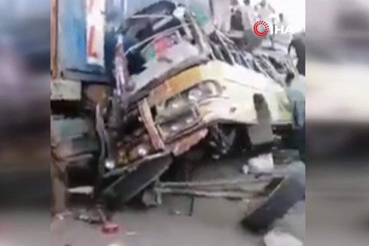 Pakistan'da otobüs kazası: 33 ölü , 40 yaralı