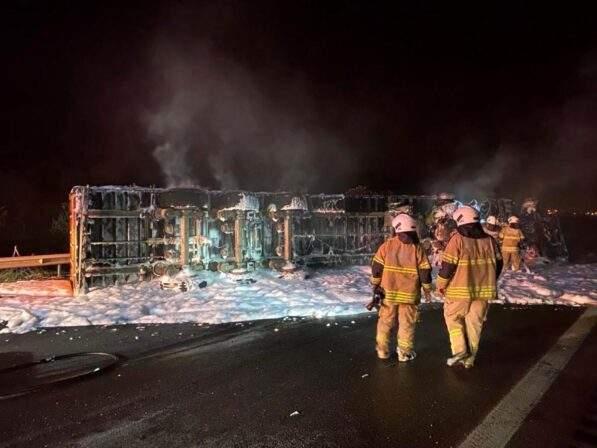 Son dakika haberleri! Kaza sonrası tır alev aldı, sürücü yanarak can verdi