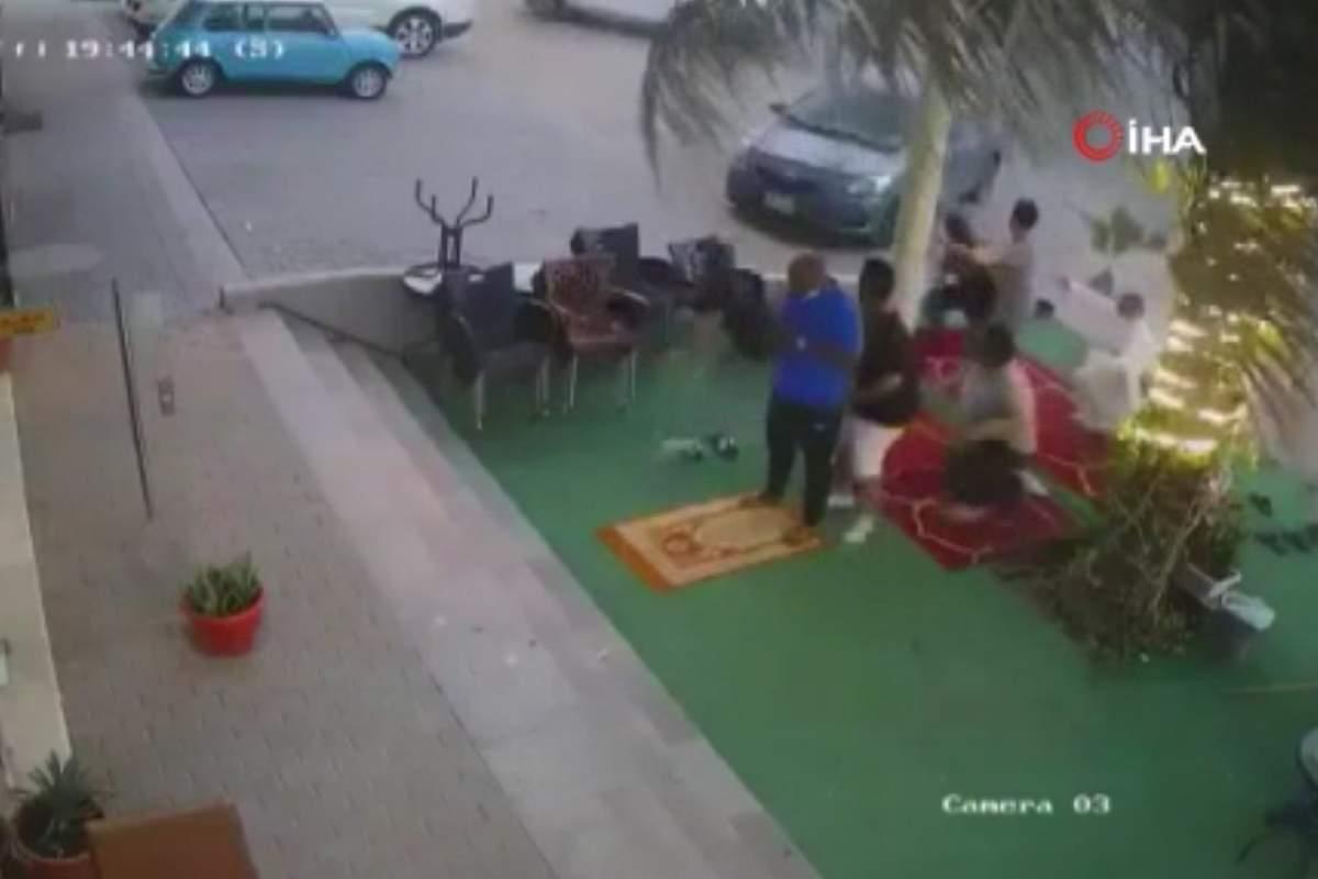 Suudi Arabistan'da hızını alamayan araç namaz kılanların arasına daldı