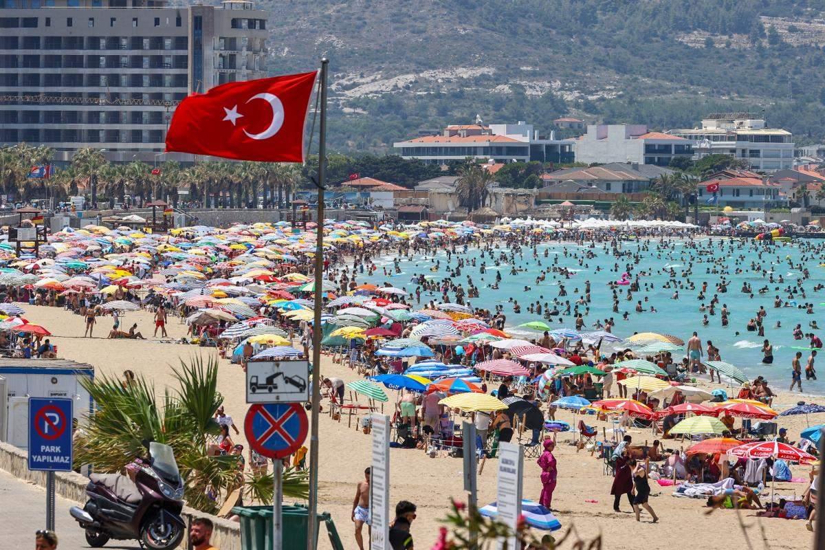 Tatilci yoğunluğu yaşanan Çeşme de günlük nüfus 1 milyonu aşıyor