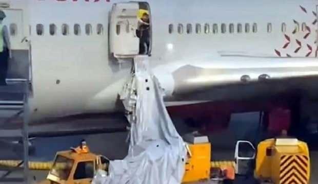 Uçakta akılalmaz olay! Acil çıkış kapısını açtılar
