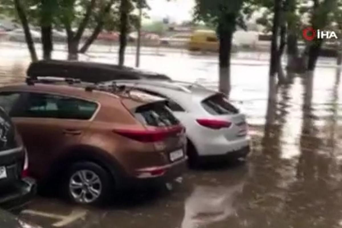 Ukrayna ani başlayan sağanak yağışlara teslim oldu