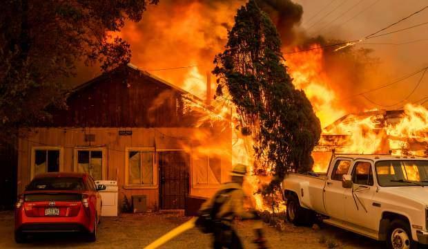 Yıldırım düştü, yangın 85 kilometreye yayıldı