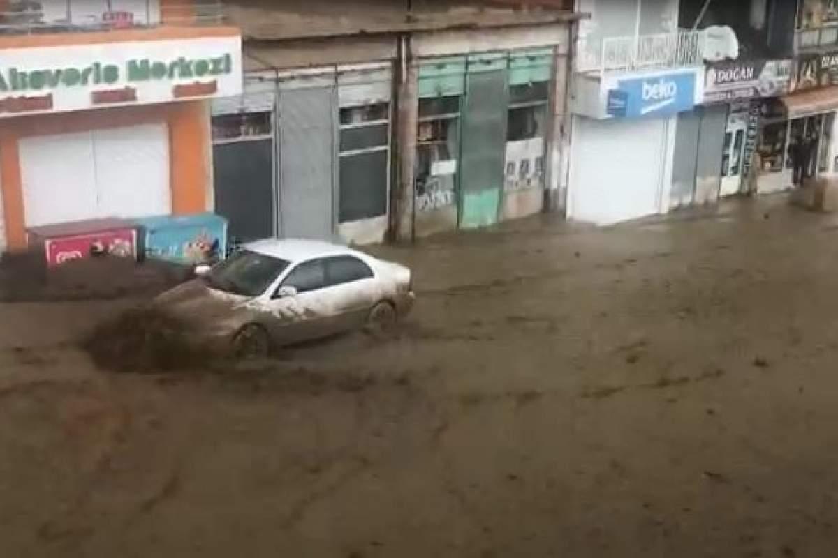 Sel suları otomobili sürükledi