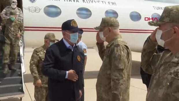 Son dakika… Bakan Akar ve komutanlar Suriye sınırında!