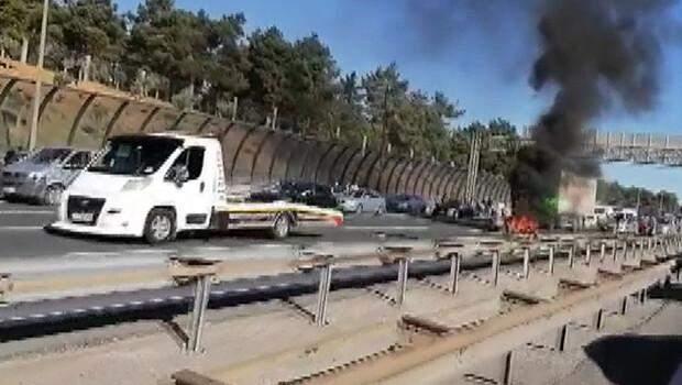Ümraniye'de TEM Otoyolu'nda motosiklet alev alev yandı