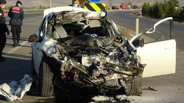 Afyonkarahisar'da feci kaza! Otomobille kamyon çarpıştı, 3 kişi hayatını kaybetti