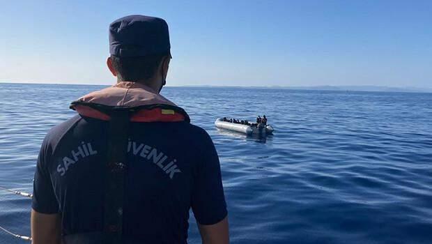 Muğla açıklarında lastik bottaki 25 düzensiz göçmen kurtarıldı